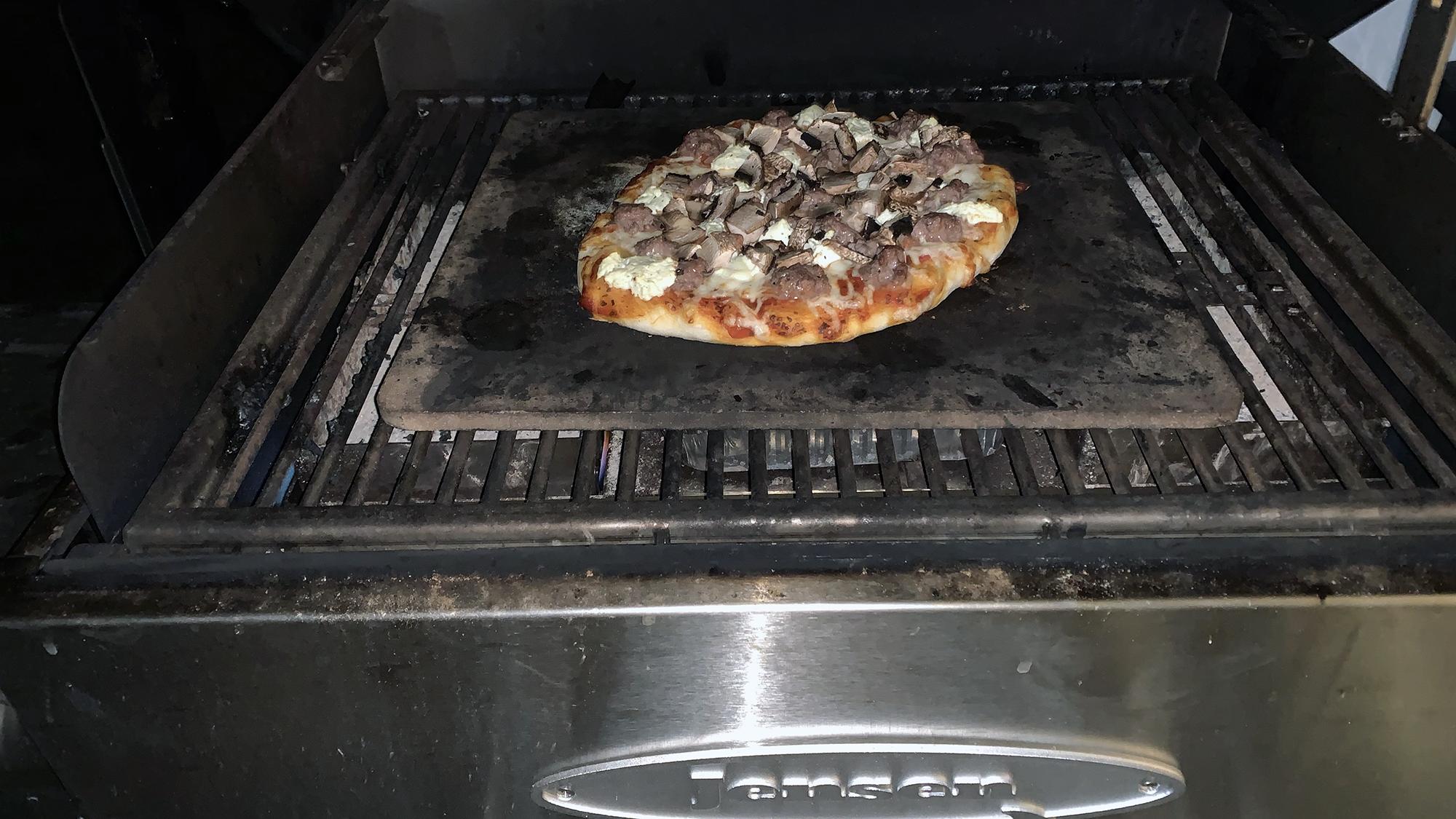 Den bedste pizza med sprød skorpe på en JensenGrill